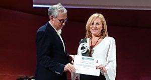 Salomé Suárez, responsable de Fundación Multiópticas, recibe el galardón.